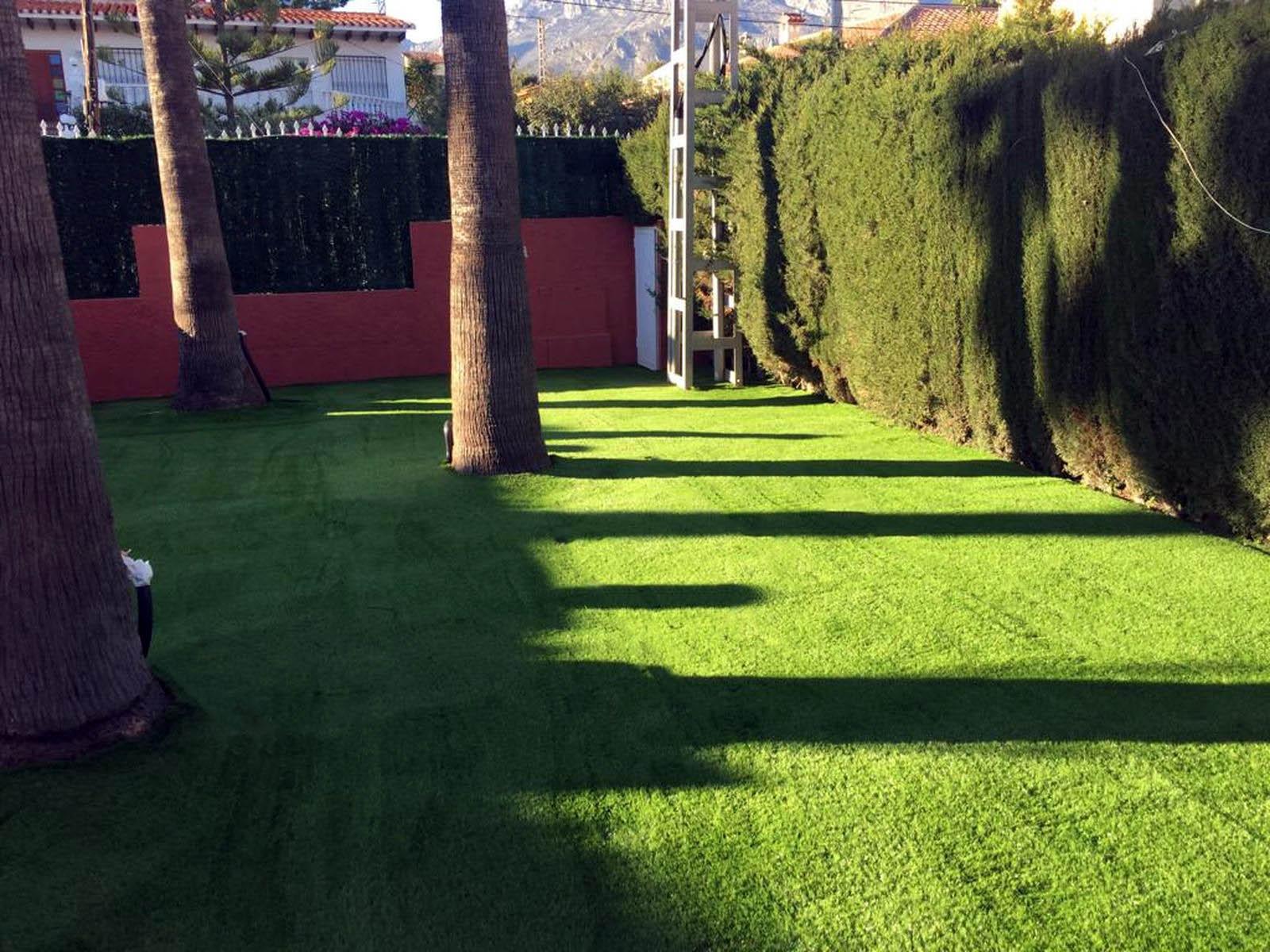 jardines con cesped artificial